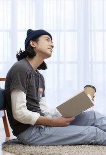 本を読む男性の写真素材 [FYI01313532]