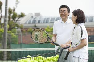テニスをする中高年カップルの写真素材 [FYI01313550]