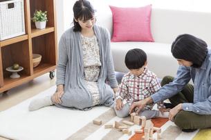 リビングで遊ぶ家族の写真素材 [FYI01313571]