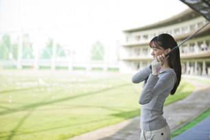 ゴルフをする女性の写真素材 [FYI01313598]