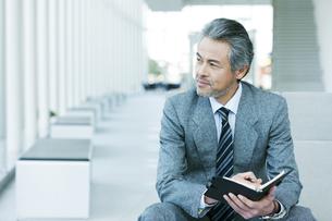 手帳を持つビジネスマンの写真素材 [FYI01313604]