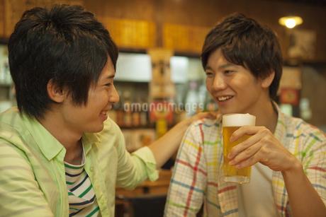 居酒屋で話す若者2人の写真素材 [FYI01313646]