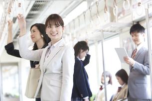 電車移動している男女の写真素材 [FYI01313653]