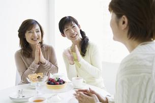 ティータイムをとるミドル女性3人の写真素材 [FYI01313665]
