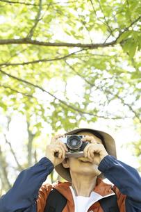 写真を撮るシニア女性の写真素材 [FYI01313674]