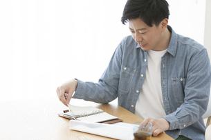 手帳を見る男性の写真素材 [FYI01313683]
