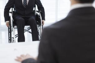 車椅子の男性と面接官の写真素材 [FYI01313740]
