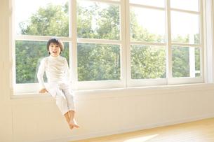 窓辺に座る男の子の写真素材 [FYI01313755]