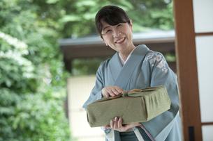 風呂敷包みを持つ中高年女性の写真素材 [FYI01313778]