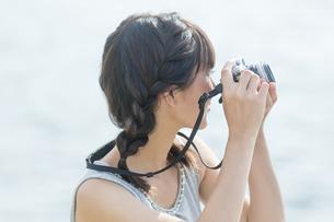 カメラを構える女性の写真素材 [FYI01313808]