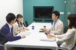 打ち合わせをするビジネス男女の写真素材 [FYI01313812]