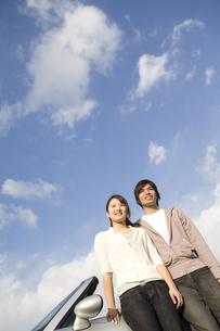 オープンカーに腰掛けるカップルの写真素材 [FYI01313850]