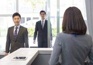 受付の女性とビジネスマンの写真素材 [FYI01313863]