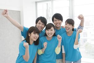 ガッツポーズをする男女5人の写真素材 [FYI01313910]