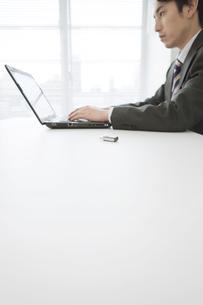 ノートパソコンを操作するビジネスマンの写真素材 [FYI01313920]