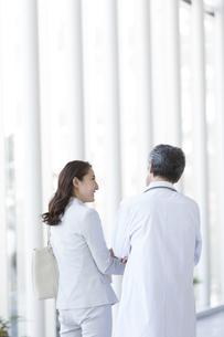 話をしているビジネスウーマンと医師の写真素材 [FYI01313927]