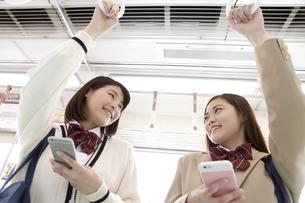 電車通学する女子高生の写真素材 [FYI01313933]
