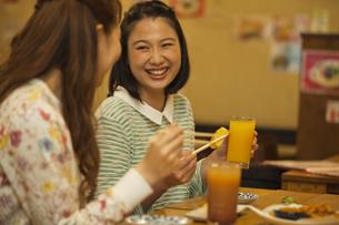 食事をする女性2人の写真素材 [FYI01313948]