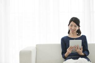 タブレットPCを持つ女性の写真素材 [FYI01313958]