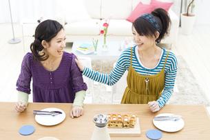 笑顔で話をしている女性2人の写真素材 [FYI01313959]