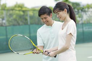 テニスをするカップルの写真素材 [FYI01313972]