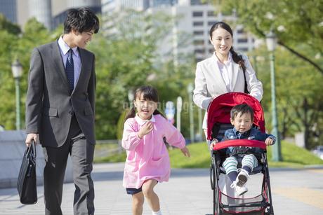 外出する家族の写真素材 [FYI01314019]