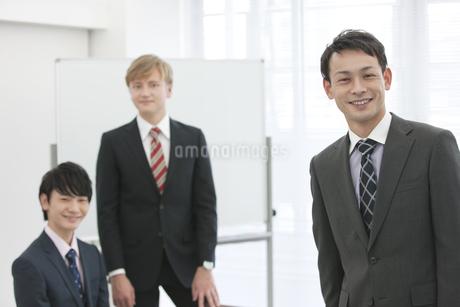 笑顔のビジネスマン3人の写真素材 [FYI01314023]