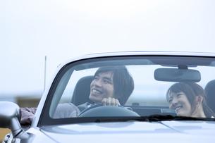 オープンカーに乗っているカップルの写真素材 [FYI01314045]