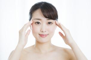 顔のマッサージをする女性の写真素材 [FYI01314046]