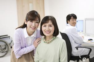 笑顔のシニア女性と娘の写真素材 [FYI01314047]