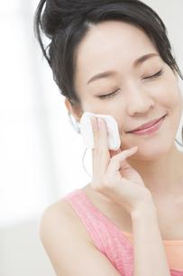 化粧をする女性の写真素材 [FYI01314050]