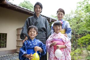 浴衣姿の日本人家族の写真素材 [FYI01314051]