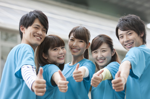 親指を立てる男女5人の写真素材 [FYI01314083]