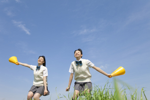 メガホンを持って応援する女子校生2人の写真素材 [FYI01314136]