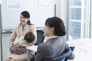 赤ちゃんとビジネスウーマンの写真素材 [FYI01314137]