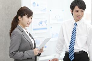 会議をする2人のビジネスマンの写真素材 [FYI01314143]