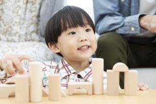 積み木で遊ぶ男の子の写真素材 [FYI01314161]
