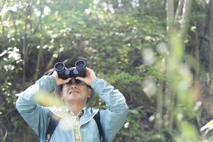 双眼鏡を持つシニア男性の写真素材 [FYI01314173]