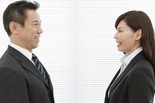 向き合うビジネスマンとビジネスウーマンの写真素材 [FYI01314178]