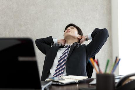 座って考えるビジネスマンの写真素材 [FYI01314259]