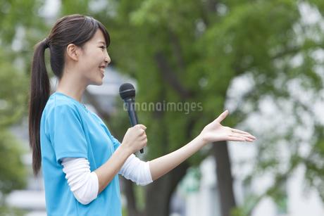 マイクで話す女性の写真素材 [FYI01314260]