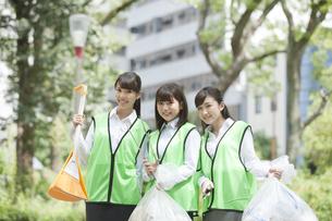 清掃活動をするビジネスウーマン3人の写真素材 [FYI01314274]