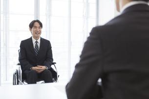 車椅子の男性と面接官の写真素材 [FYI01314302]