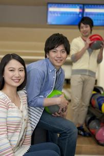 ボウリングをする若者3人の写真素材 [FYI01314325]