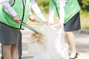 清掃活動をするビジネスマンとビジネスウーマンの手元の写真素材 [FYI01314327]