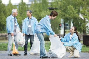ゴミ拾いをするシニアグループの写真素材 [FYI01314337]