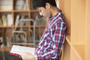 本を読む男の子の写真素材 [FYI01314360]