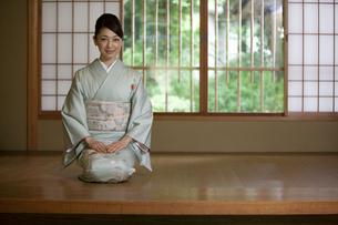 玄関で正座する着物姿の女性の写真素材 [FYI01314371]
