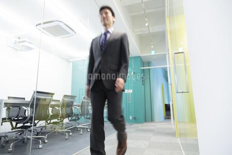 オフィスを歩くビジネスマンの写真素材 [FYI01314407]