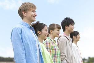 笑顔の若者5人の横顔の写真素材 [FYI01314439]